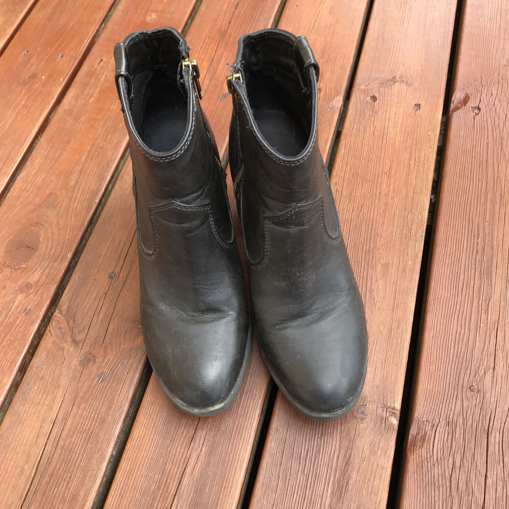 Boots i grå-svart 🌚 jättesköna på! Fejkmaterial som står sig mot smuts och våta, använda en säsong. (Smutsiga på bilderna, gör självklart rent de innan försäljning) . Skor.