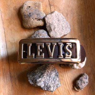 Levis bälte från 90-talet. 83cm och 93cm totalt med buckle. Hämtas i Uppsala eller skickas mot fraktkostnad