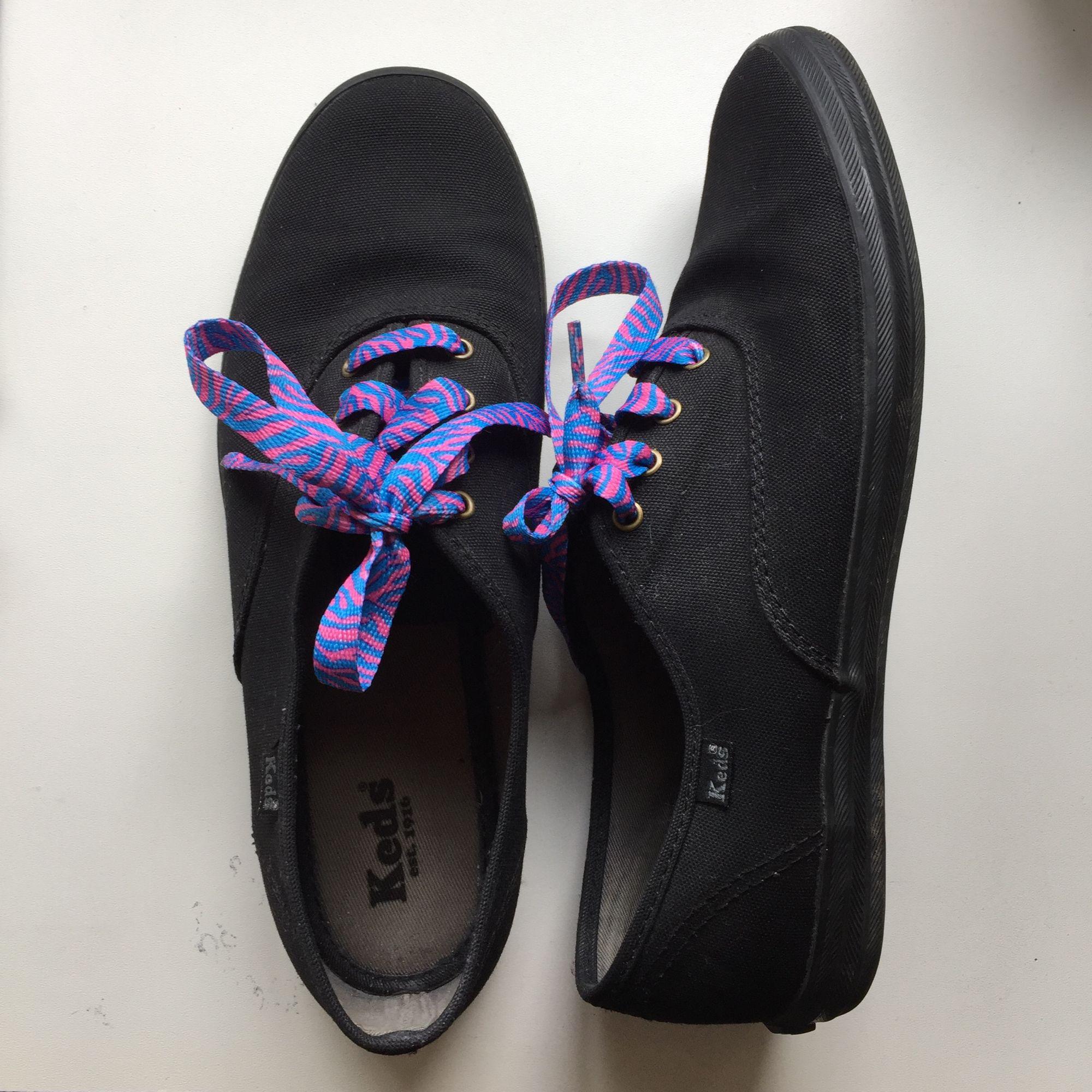 ... Klassiska svarta Keds tygskor i storlek 40. Har egentligen ett par  svarta skosnören men ett ... 245085aaeae68