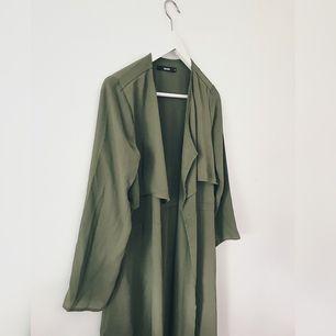 Trenchcoat   En mörk grön trenchcoat från bikbok