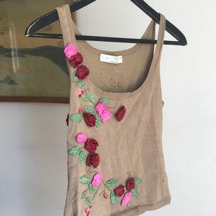 Grön/brunt linne med 3D-blommor utplacerade