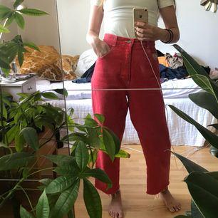 Mina älskade röda jeans med blombroderi på ena bakfickan <33 klippte av dom längst ner så de är lite trådiga där, men det är det som är syftet! Älskar dessa byxor, världens bekvämaste, sitter åt i midjan men är perfekt lösa resten