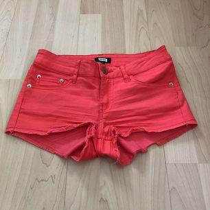 Snygga korallfärgade shorts. Fickor fram och baktill. Eventuell frakt tillkommer med 19 kr 🌿