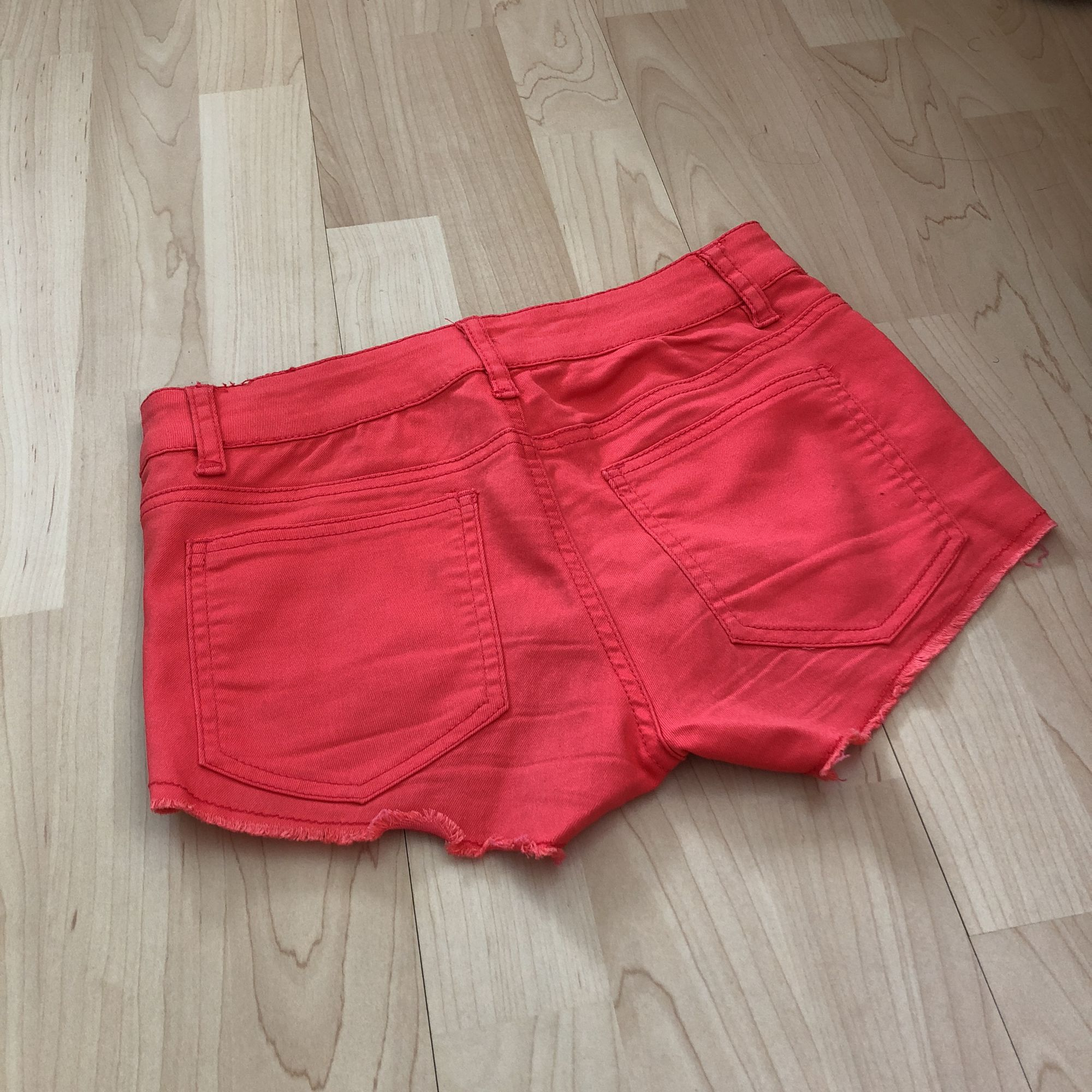 Snygga korallfärgade shorts. Fickor fram och baktill. Eventuell frakt tillkommer med 19 kr 🌿. Shorts.