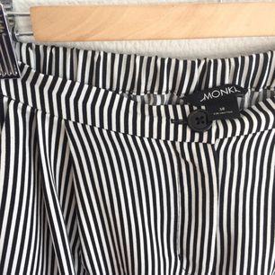 Supersnygga byxor från Monki. Knappt använda! Frakt tillkommer eller möts upp i Göteborg.