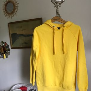 JÄTTEgul hoodie, aldrig använd pga passar mig ej ):