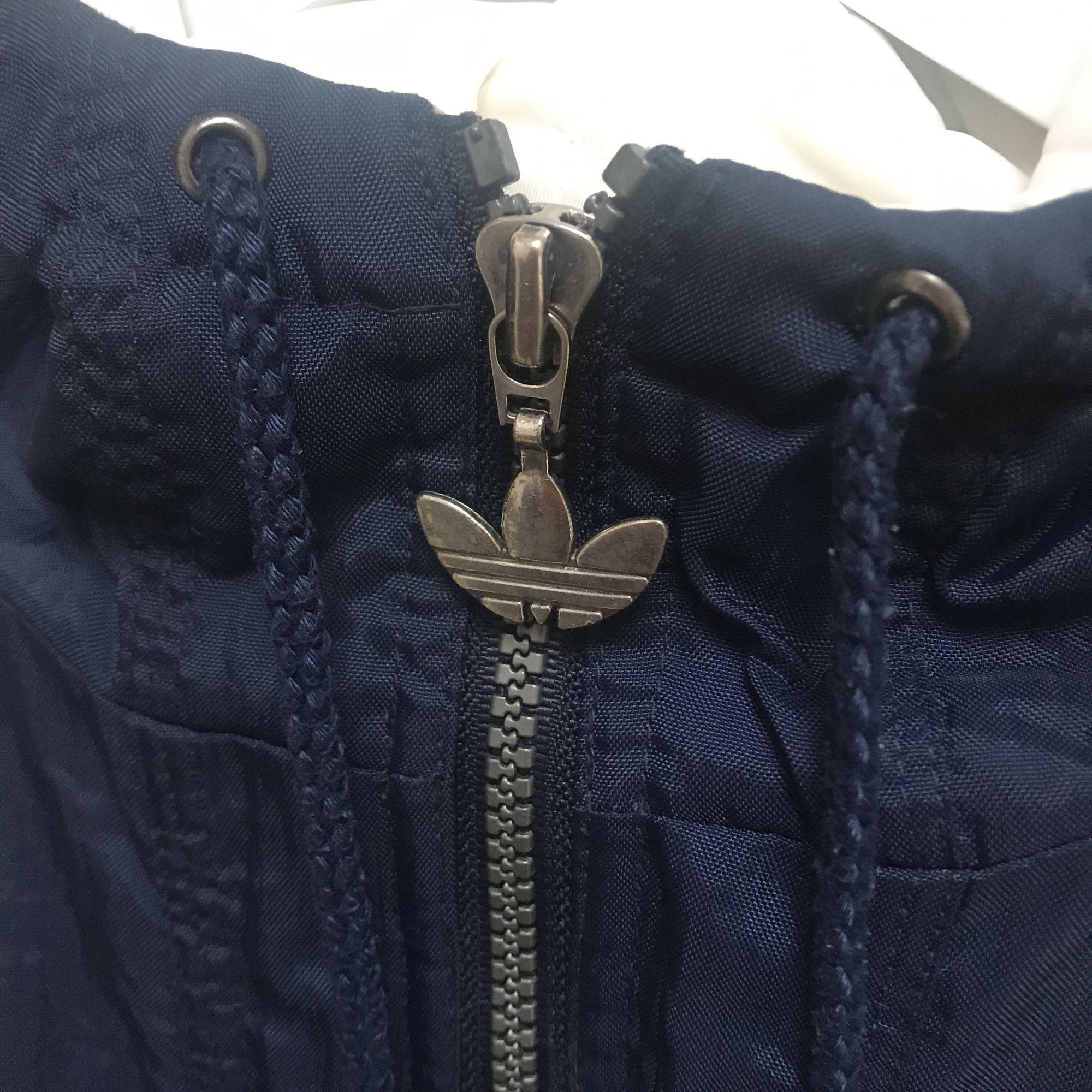 Köpte den här skit snygga jackan på beyond retro men den har tyvärr inte kommit till användning. Den är ganska puffsig och luftig, en perfekt vår eller höst jacka!! ✨✨  Det står storlek S i den men passformen är väldigt oversized så den passar L. . Jackor.