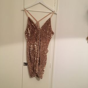 Nelly klänning,använd ett par ggr,perfekt skick och snygg att ha fest till☺️🎉 möts upp,byter eller fraktar Frakt:50kr