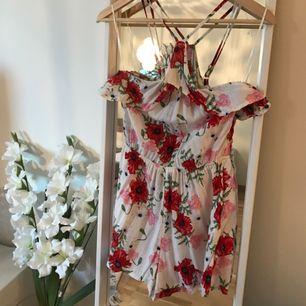 Söt jumpsuit med blommigt mönster från H&M i storlek 36. Använd ca 2-3 gånger. Halterneck modell med resår i midjan. Har i vanliga fall storlek 38 men den här passar bra på mig ändå .Köparen står för eventuell frakt.