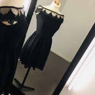 Vacker klänning från Elise Ryan!  Stolek M (liten i storleken så mer som en S) Frakt ingår i priset 😍