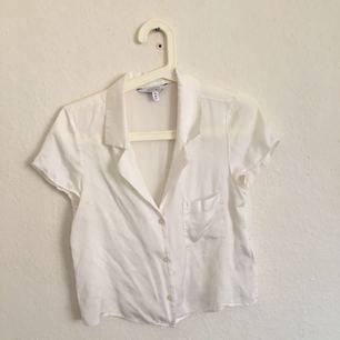 Jättefin skjorta i viskos från Stories. Använd 2 gånger. Köparen står för frakt 50 kr