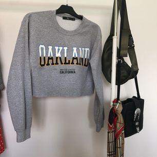 Croppad sweatshirt från Missguided, jättefint skick! Passar XS-M  35 kr frakt tillkommer ✨