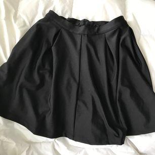 Säljer en skater kjol, ganska vid och i stretchigt material med en dold dragkedja på baksidan. Köparen betalar frakt, eller upphämtning i Linköping
