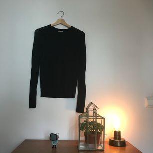 Tunnare tröja med detaljer. Färg: svart