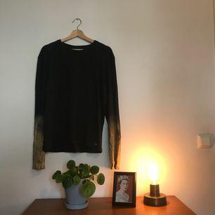 Grå tröja med gulddetaljer från New York. Färg: grå, guld