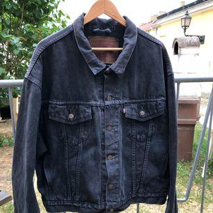 Vintage Levis jeansjacka från 80-talet i trevligt skick. Kan hämtas i Uppsala eller skickas mot fraktkostnad