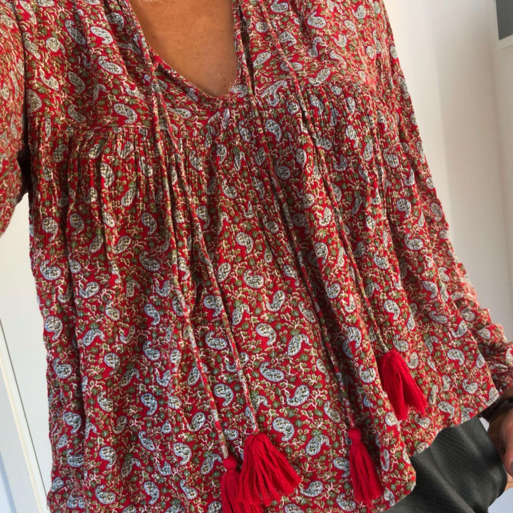 Såå söt blus från Zara! Storlek S, jättefint skick 🌹(bilder lånade här på plick) Kan fraktas för 15 kronor! . Blusar.
