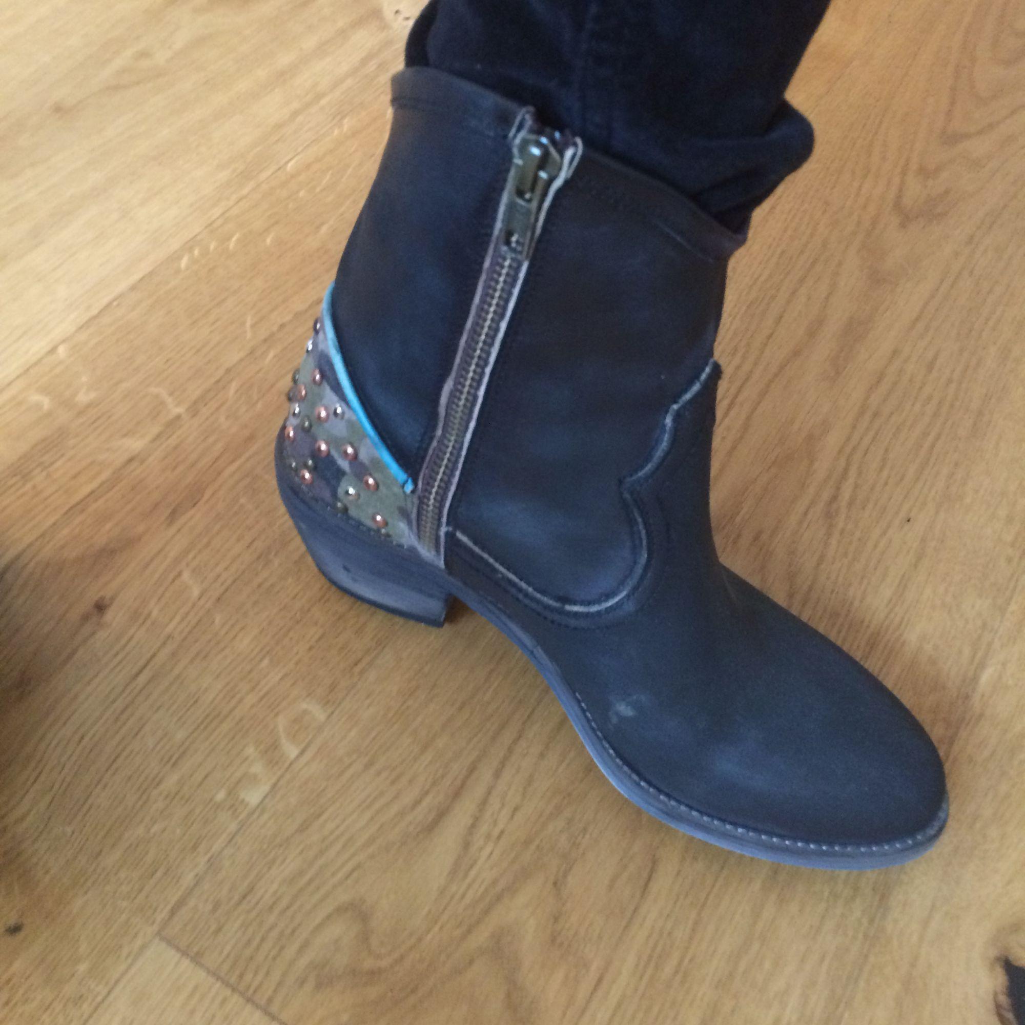 """Kollar intresset då jag aldrig använt. """"Cowboy"""" boots med stygn och """"pärlor"""" i snygga färger som dekoration. Låg klack, kedja på insidan. Som sagt aldrig använda så i nyskick. Älskar dem-sköna o formar sig efter foten- inte riktigt min stil bara.. Skor."""