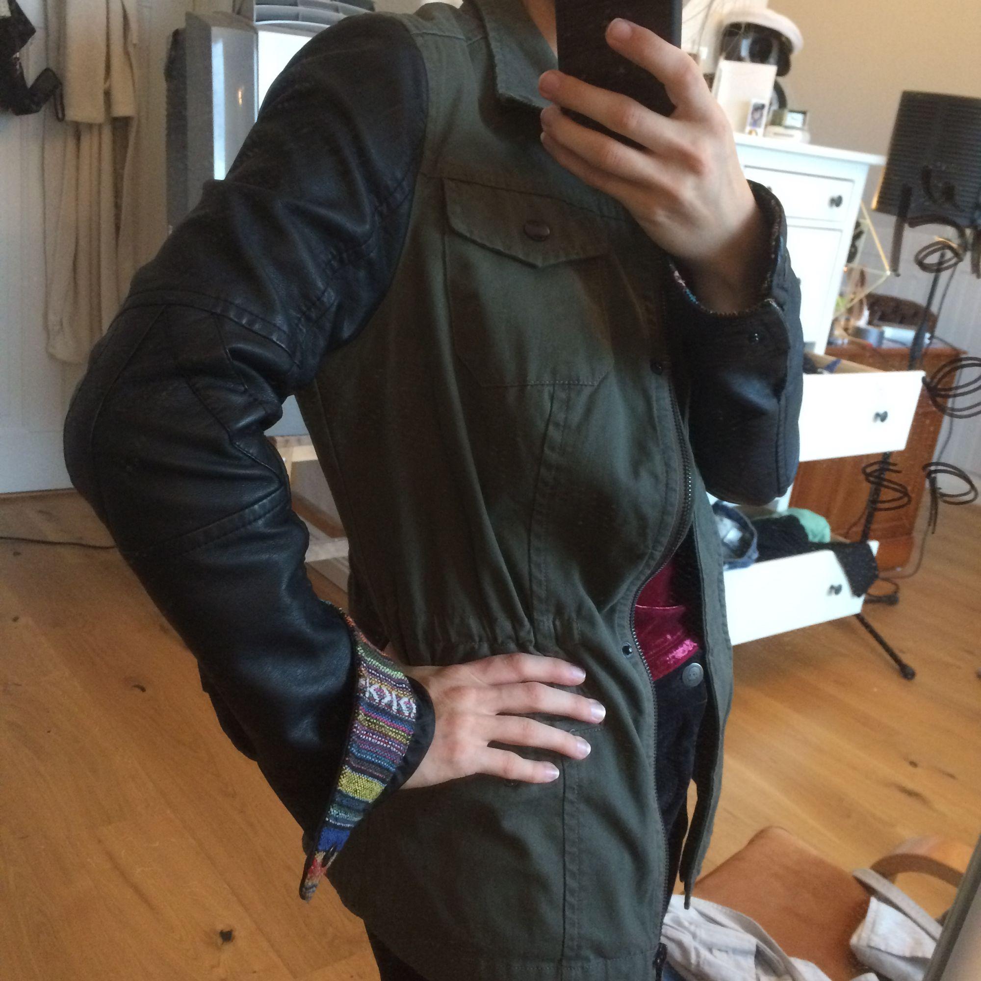 Militärgrön jacka med skinnimitations ärmar. Snyggt innertyg på ärmslutet (se bild). Använd fåtal gånger. Köpt här på plick men har för många jackor.. Jackor.