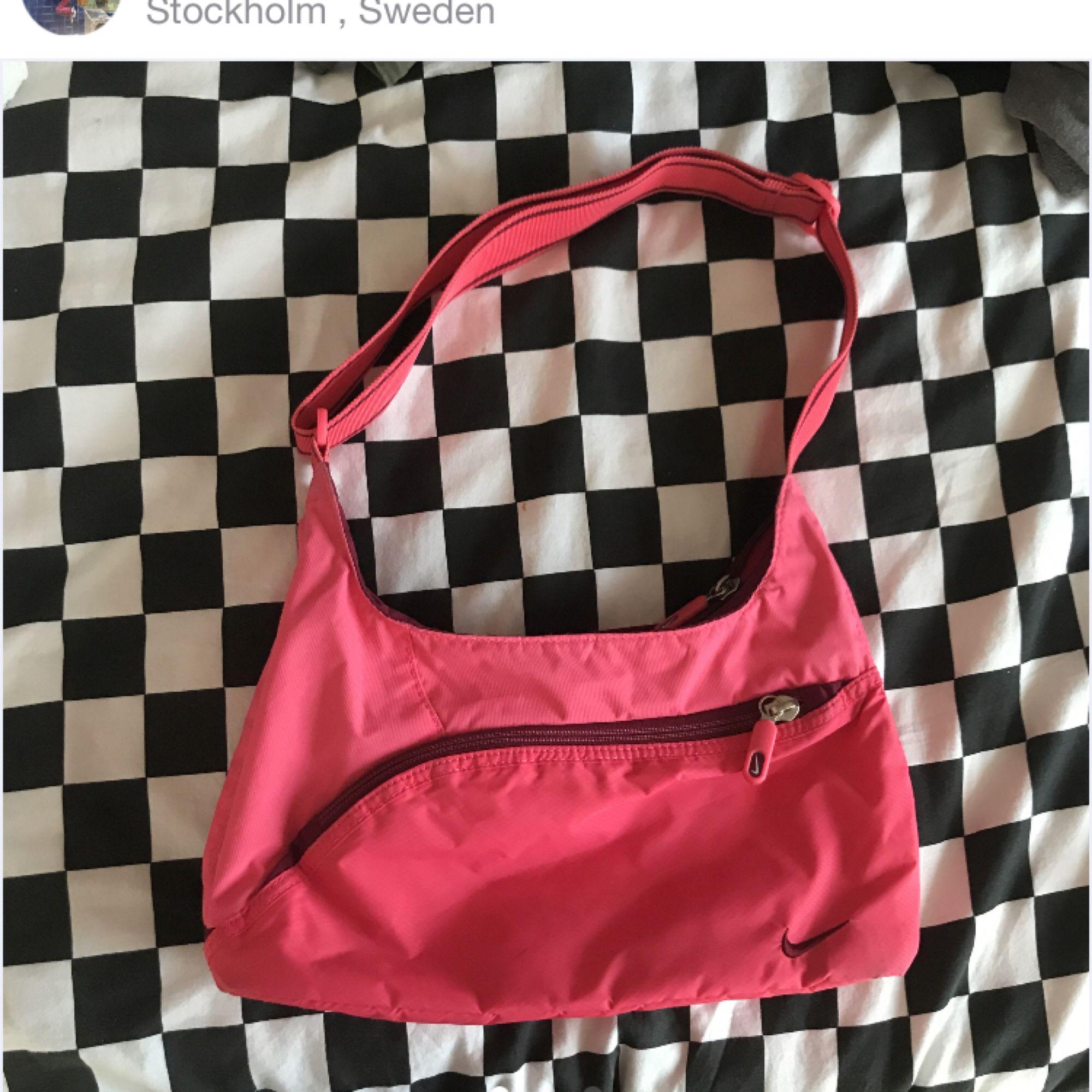 Snygg Nike väska från 90 talet oanvänd och i mycket bra skick! Går att justera remmen. Möts upp i Stockholm fraktar ej.. Huvtröjor & Träningströjor.