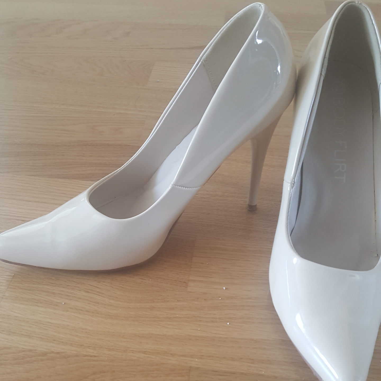 Skor i nude  Klack ca 10cm  Använda 1 gång och säljes pga av för stora.    Kan skickas mot fraktkostnad . Skor.