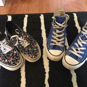 Ett par blommiga lägre sneakers och ett par blåa converse båda i storlekarna 36/37, 100 kr för båda eller 30 för de blommiga och 70 för conversen! Finns att hämta i Piteå annars kan kan posta, frakten ingår i priset!