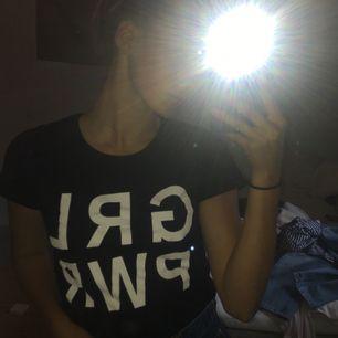 Tshirt med Girl Power tryck från Gina Tricot! Super snygg till jeans eller dressbyxor. Bra skick:))