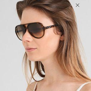 Säljer mina RayBans som passar både tjejer och killar som ni ser på bilderna som är tagna från Zalando.  Nypris : 1600kr, mitt pris : 500kr. Modell: RB 4125 CATS5000 710/51