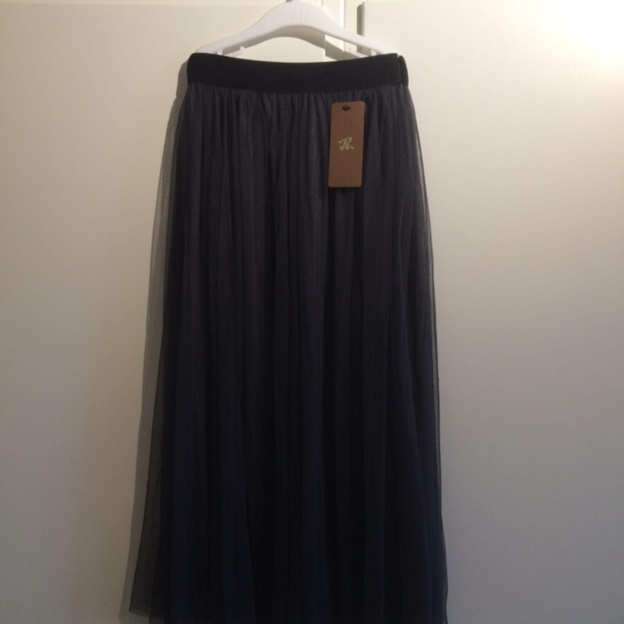 Super fin mörk grå tyllkjol! Oanvänd med lapp! Köpt i Italien 🌸. Kjolar.
