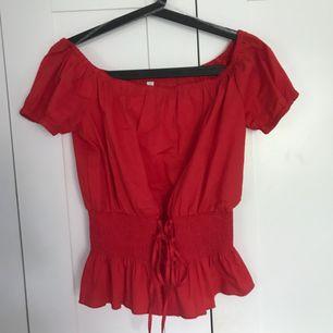 Fin röd off shoulder tröja , säljs för att den är förstor och försent för att lämna tillbacks. Prislapp kvar och frakt tillkommer! Från New yourker. Kan mötas i Brommaplan
