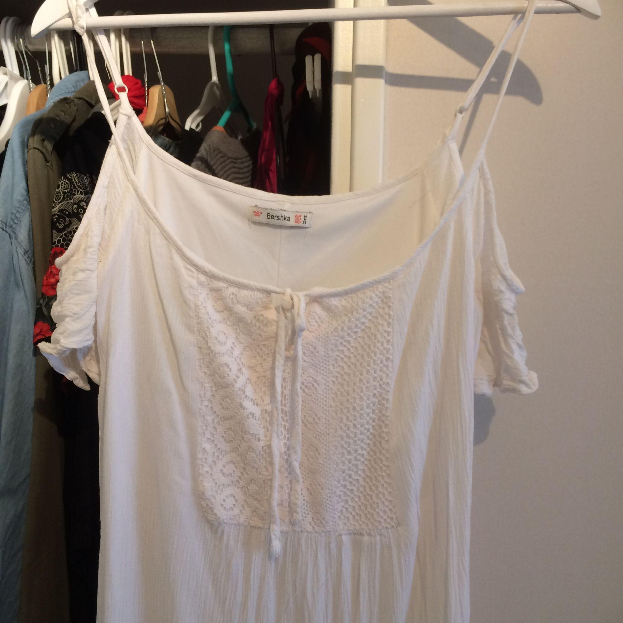 Super fin vitt kort klänning från bershka! . Klänningar.