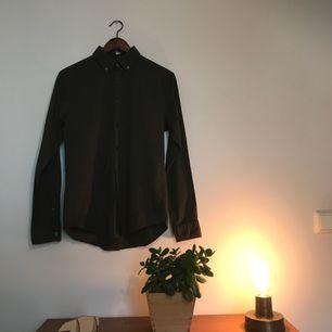 Slim fit skjorta från esprit. Färg: mörkgrön