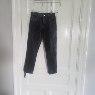 Supersnygga jeans från Monki, lite smått urtvättade i stilen. Aldrig använda, säljer pga att de är för små. Nypris 400:-  köparen betalar frakt✨