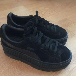 Sneakers från puma fenty by Rihanna, bra skick men säljer då de tyvärr inte kommer till användning  Frakt tillkommer eller så möts jag upp i Helsingborg :)