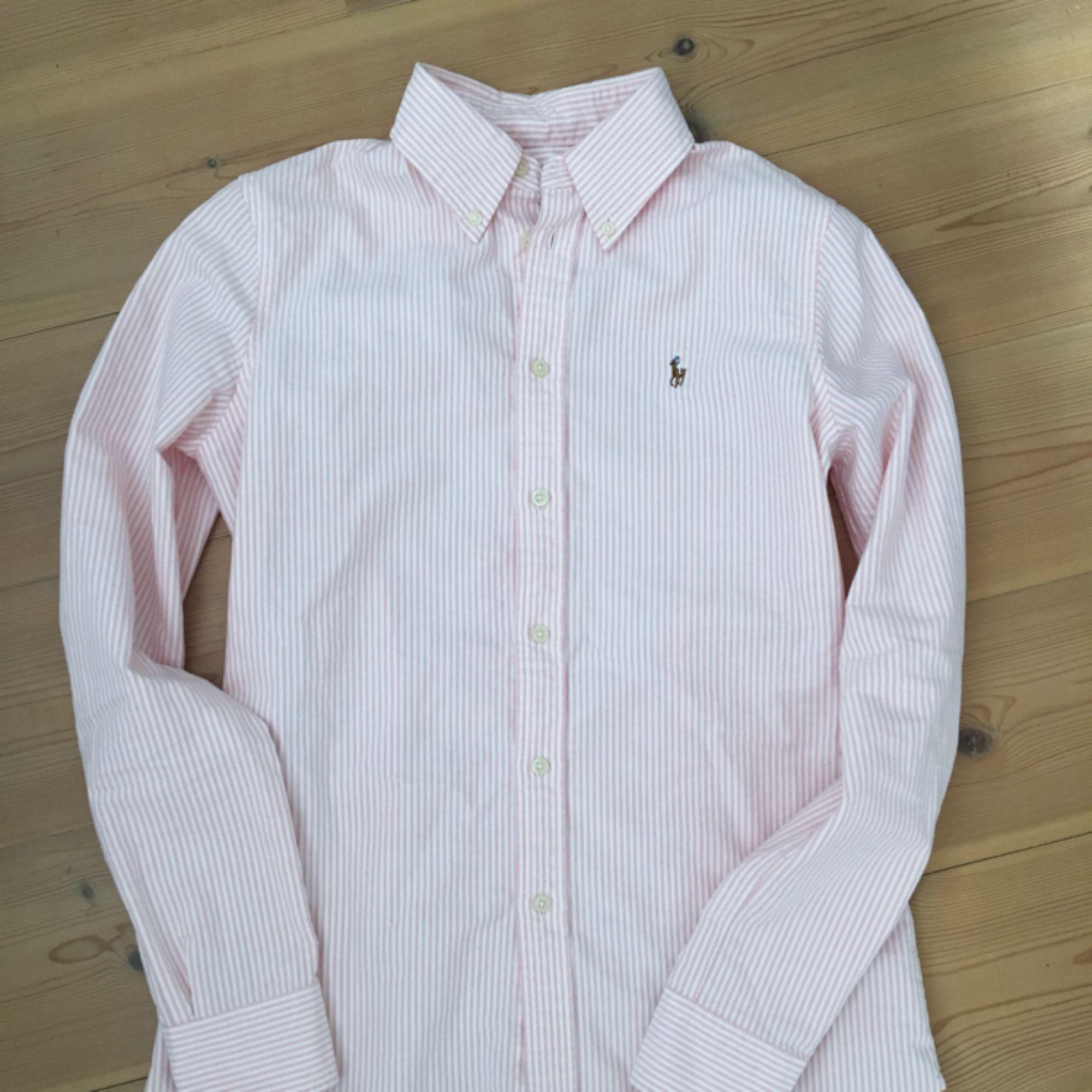 Randig skjorta från Ralph Lauren, använd 1-2 ggr. . Skjortor.