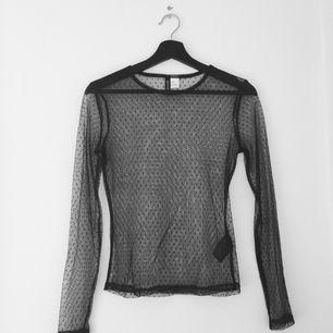 Transparent tröja med prickar på från H&M. Märkt S men skulle snarare säga att den är en XS. Köpt på Plick men tyvärr för liten för mig. Fraktar mot betalning eller möts upp i Täby 🌸
