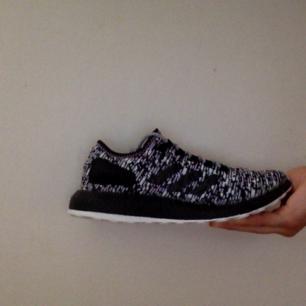 Oreo' limited edition.  Storlek: 44,  US 10 eller UK 9 1/2.  Finns låda med extra skosnören men inget kvitto, för att jag köpte dom online på adidas.se.   Du får också ett par adidas ultraboost 3.0 navy på köpet men dom har inget sko skosnören.  Skorna är äkta  Har använt skorna två gånger, så skorna är nästan lika bra from som en helt ny par.  Vill bara ha pengar inget annat.  Om ni vill ha mer bilder skicka din Instagram eller Facebook använder namn så skickar jag mer bilder till dig.  Ps. Så finns dom här skorna inte längre i adidas.se