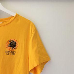 """supersnygg och trendig gul t-shirt! använd 1 gång och säljer för att jag inte tycker att den sitter så bra på mig då den är lite """"oversized"""" i storleken. tar swish och kan frakta men då står köparen för frakten💘"""