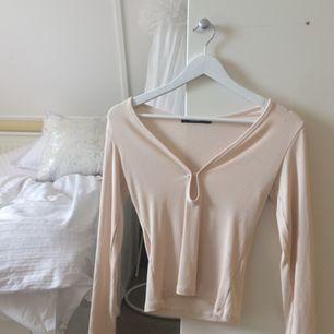 Snygg, långärmad och mjuk tröja med fint formad urringning från BikBok. Frakt tillkommer 🦕🦕👌🏻