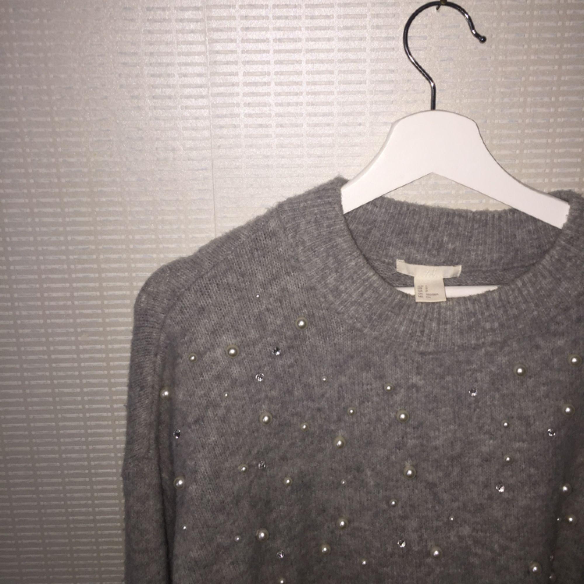 3bb6a77c04d Jätte snygg Jätte fin grå stickad tröja från hm (cuality collection) med  pärlor!