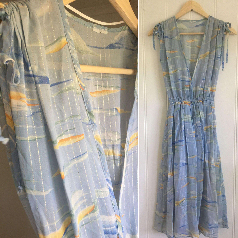 Ljusblå vintage klänning med silvriga lurex tråd. Fint skick. . Klänningar.