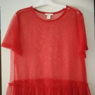❤️ jättefin t-shirt i tyll, med volang i botten! Bara använt 2 gånger. Använder Swish. Köparen står för frakt ❤️