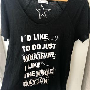 Svart T-shirt från Zara i storlek M men sitter mer som en L skulle jag säga. Rå kant på ärmar och nederkanten. Använd men i fint skick. Frakt tillkommer.