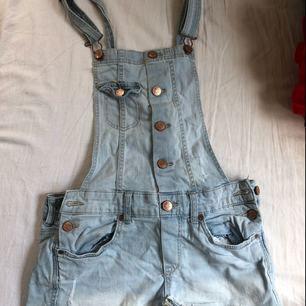 Superfina jeans hängsleshorts från hm divided i storlek 36. Snygga slitningar. Använda men i fint skick. Frakt tillkommer.