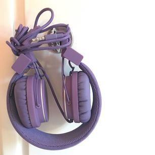 Lila Plattan on-ear hörlurar från Urban Ears. Inköpta 2014 och använda fåtalet gånger sedan dess. Bra kvalité och ljud och helt felfria. Knappt något slitage från användning.