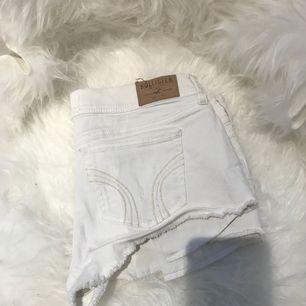 Vita korta shorts från Hollister! Lite kortare så man ser lite av rumpan😉lite för stora men de är sjukt snygga
