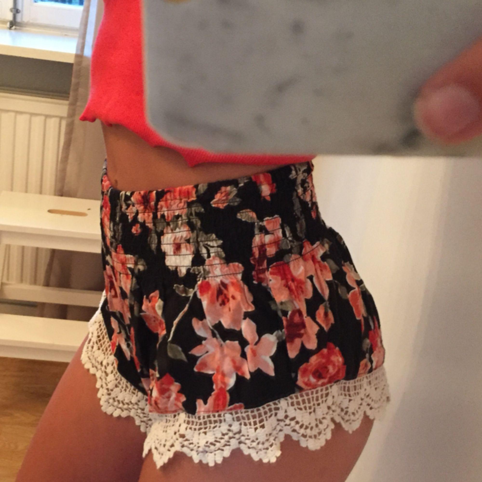 Gulliga shorts i fint blommönster. Använda fåtal gånger och i fint skick Priset inkluderar frakt. Shorts.