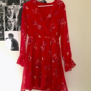 Jättevacker klänning köpt för 400 kr, knappt använd! Frakten ingår i priset!