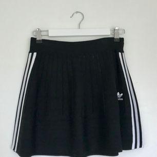 Adidas originals kjol med resår i midjan. Vävd/stickad i 62% viskos, 38% bomull. Välbevarad och i fint skick då kjolen endast är använd två gånger.