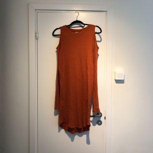 Orange/röd klänning från Gina